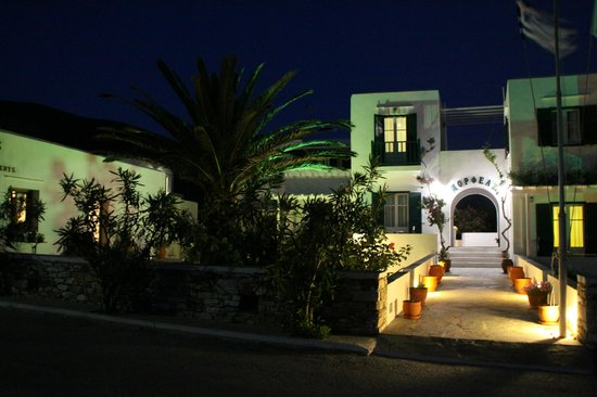 Morfeas Pension : Grounds by night