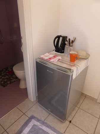 Morfeas Pension : Fridge and kettle