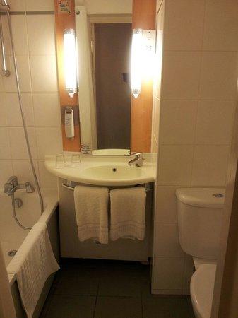 Ibis London Heathrow Airport: Smelly bathroom