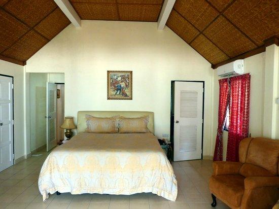 Sari Pacifica Hotel, Resort & Spa - Redang Island : Seaview Villas Zimmer mit Blick auf begehbaren Schrank und Vorzimmer Bad
