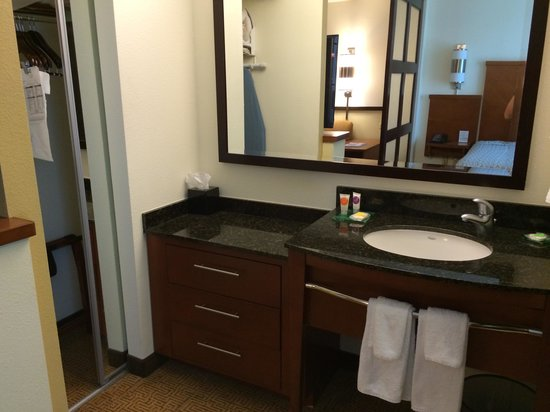 Hyatt Place Ft. Lauderdale Airport & Cruise Port: Seperate sink area & big closet