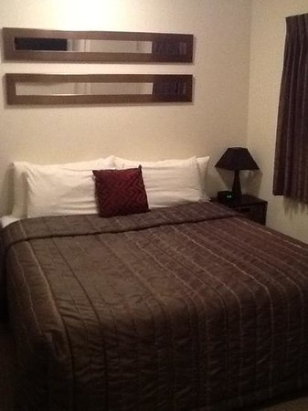 Ballinor Motor Inn King Size Bed Small Room But Very Comfy