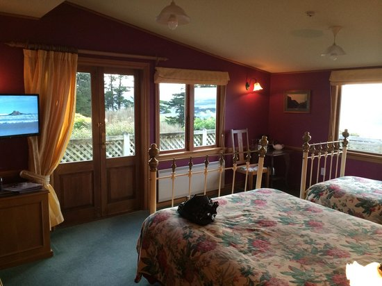 Larnach Castle Lodge: Room 17 rhododenron room - just lovely views to die for and the bird life tuis, wood pigeon ...