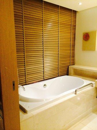 Renaissance Phuket Resort & Spa: Huge bath tub