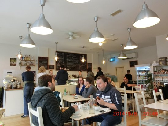 Limetree Cafe: 店内は明るくアットホーム