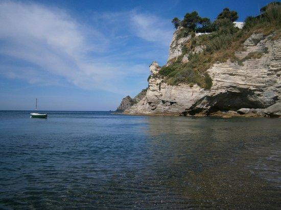 Cava Grado Beach : mare cristallino circondato da due speroni di roccia