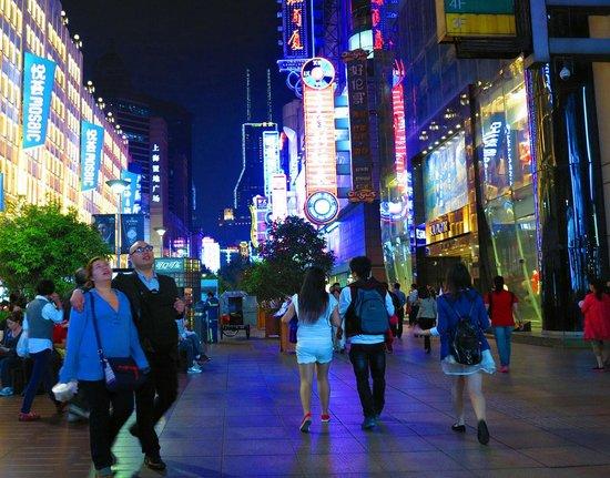 Central Hotel Shanghai: Пешеходная Нанкинская улица в двух шагах от гостиницы