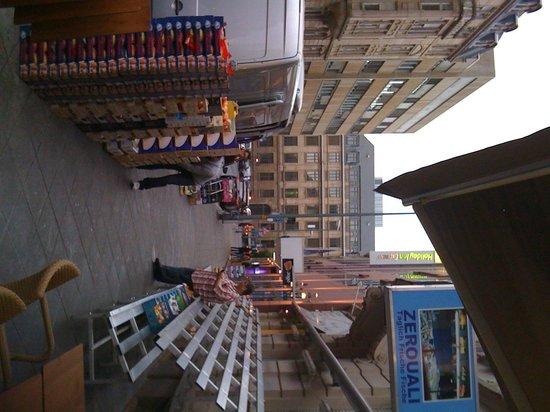 Holiday Inn Express Frankfurt City Hauptbahnhof: Early a.m. Fruit & Veg Venders on Street Outside