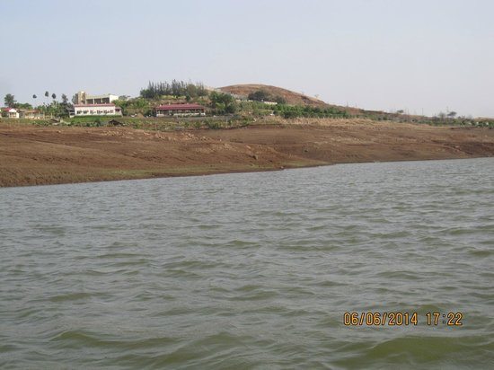 Savana Lake Resort: a view of the resort from the lake
