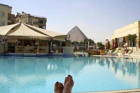 Le Méridien Pyramids Hotel & Spa : ventana a las pirámides