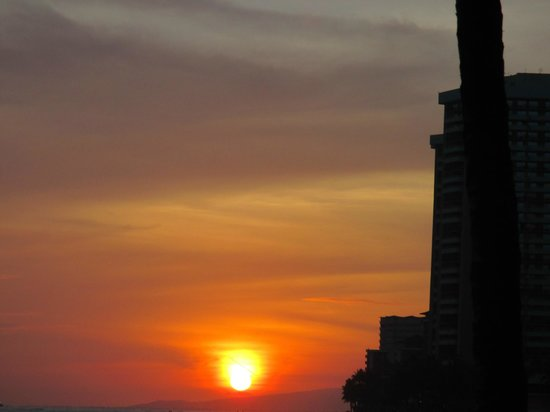 Kuhio Beach Torch Lighting & Hula Ceremony : sunset