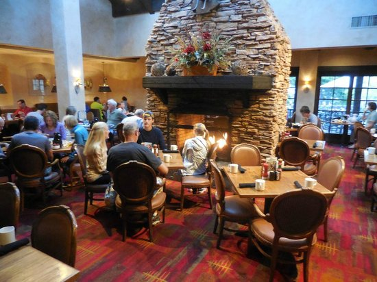 Tenaya Lodge at Yosemite: The open fire in the breakfast room