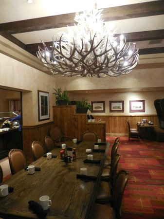 Tenaya Lodge at Yosemite: Larger dining table with rustic chandelier