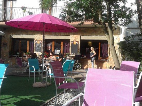 Hostal Horta Rosell : courtyard setting