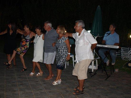 Mediterranean Studios Apartments: serata greca con danze tipiche 2