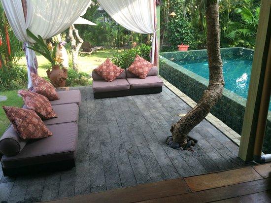 Kura Kura Yoga Retreat: Outside lounge