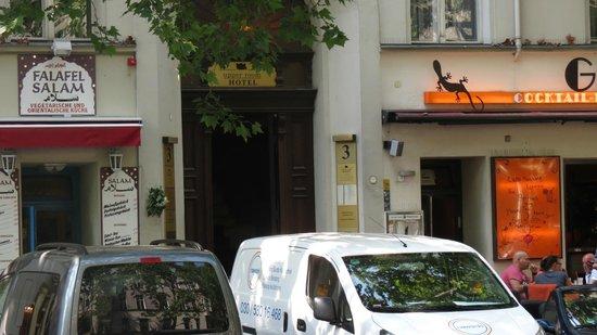 Upper Room Hotel : вход в отель