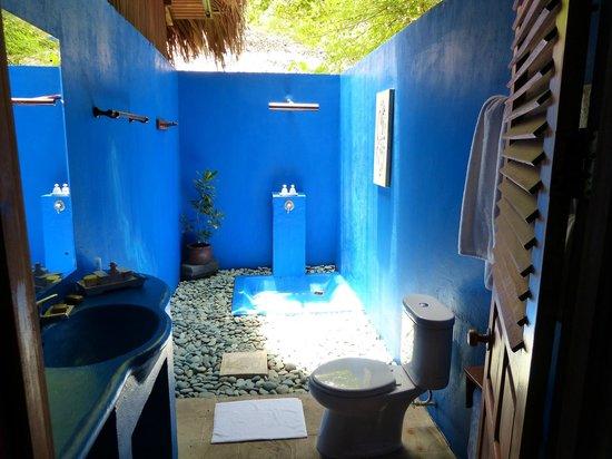 Siladen Resort & Spa: Das blaue Badewunder ( Außendusche )
