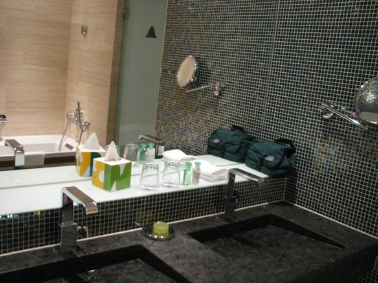 Avalon Hotel: and swanky bath/sink area
