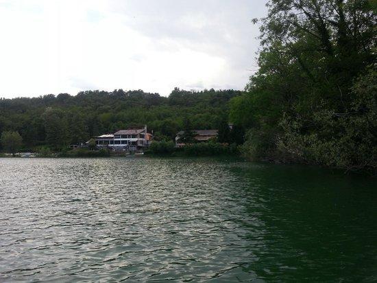"""Hotel Chalet del Lago """"La Libellula"""" : l'hotel et le restaurant  vu de l'interieur du lac en pedalo"""