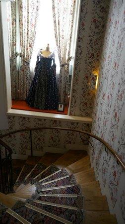Grand Hôtel de l'Opéra : Стены обитые тканью, крутая лестница и бальное платье