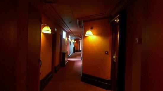Grand Hôtel de l'Opéra : Кроваво-красный коридор