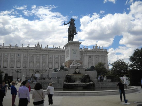 Plaza de Oriente : King Philip IV in from of the Royal Palace