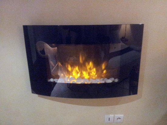 Le Spinaker Hôtel Lodge & Spa : cheminée virtuelle dans la chambre