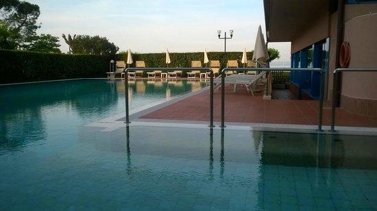 Sportsman Hotel : Schwimmbad mit Whirpool