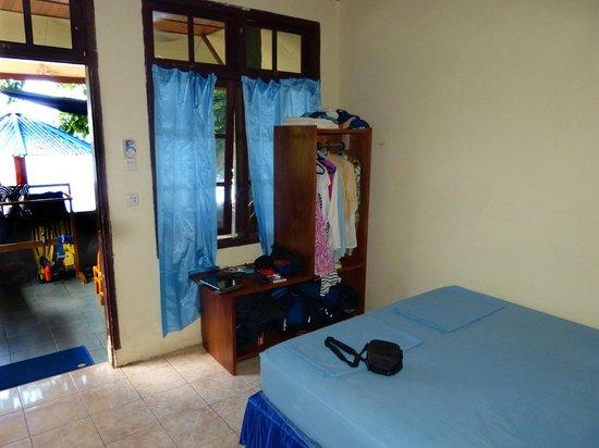Bunaken Beach Resort: Blick auf Terrasse/ kleines Zimmer