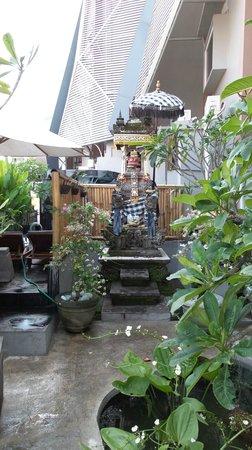 Hotel Neo Kuta Jelantik : Small Garden to Pool Area..