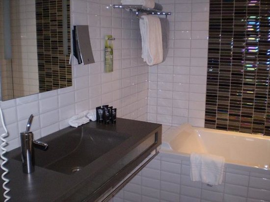 Clarion Hotel Admiral : Room 522 Bathroom