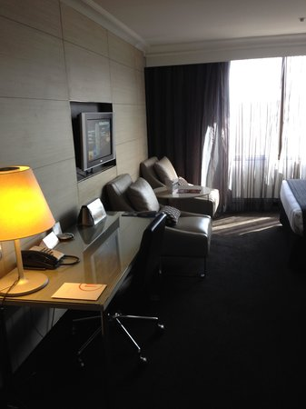 Pullman Brisbane King George Square: Work desk and settee area