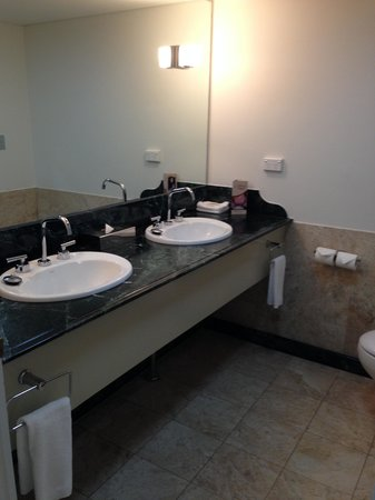 Pullman Brisbane King George Square: His & hers sink