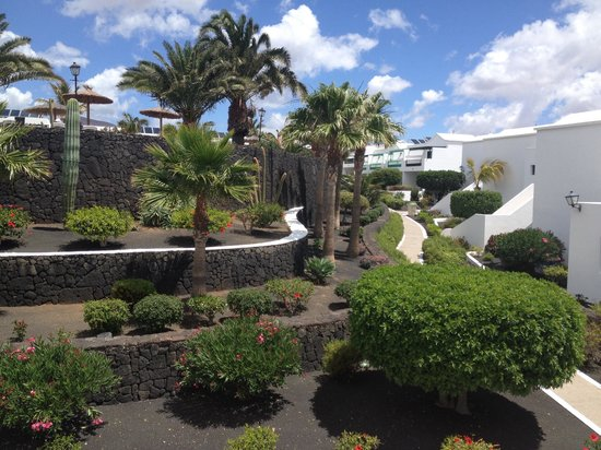 Costa Sal Villas and Suites: The gardens are kept immaculate.