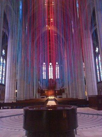 Grace Cathedral: 祭壇を正面にして、天井から垂れ下がっているヒモ