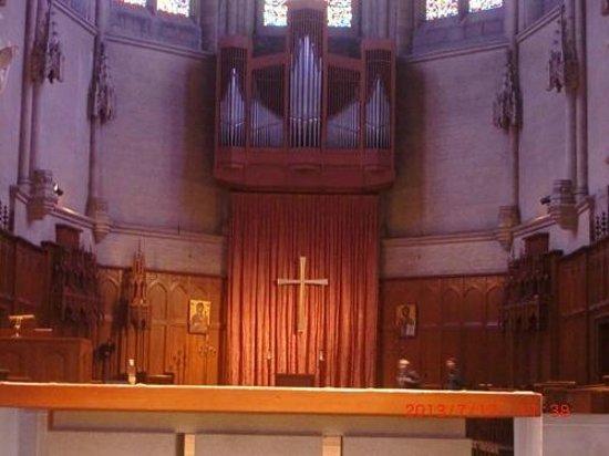 Grace Cathedral: 祭壇奥の十字架とパイプオルガンのパイプ