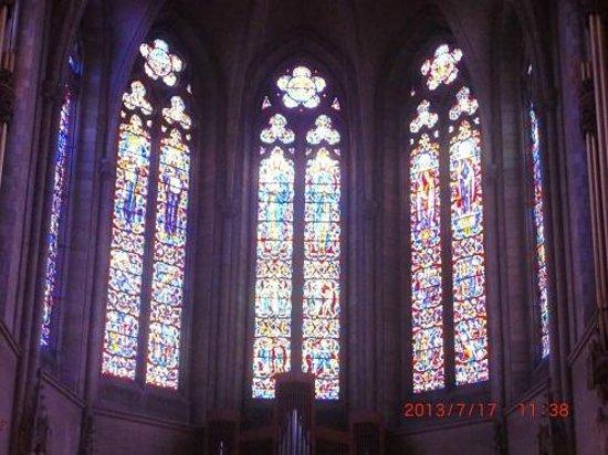 Grace Cathedral: 正面にある祭壇頭上のステンドグラス
