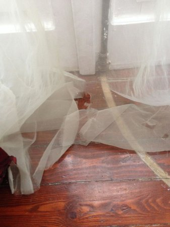 Magna Grecia Boutique Hotel : Ripped curtains