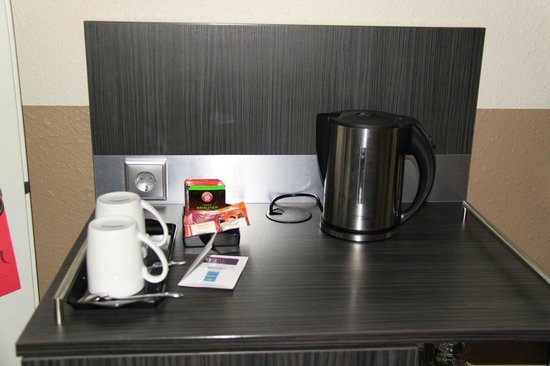 Mercure Hotel Hannover City: Kettle for coffee and tea in the room