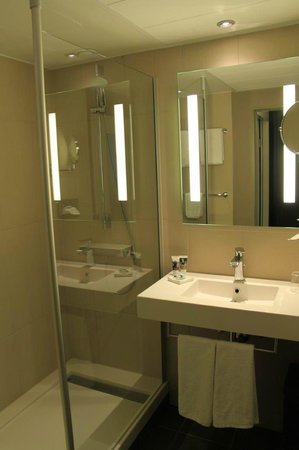 Mercure Hotel Hannover City: Modern bathroon but not much room for toiletries