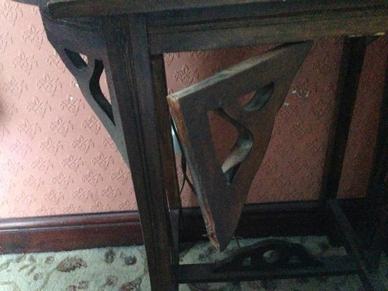 The Butlers Hotel: Table in our room..