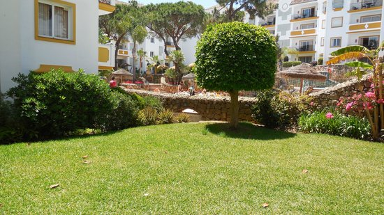 Ona Alanda Club Marbella : Sunny garden in front of our apartment