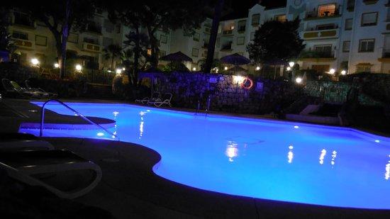 Ona Alanda Club Marbella: The pool at night