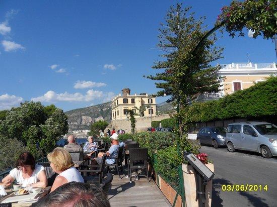 Villa Garden Hotel: View from Terrace over Sorrento Bay