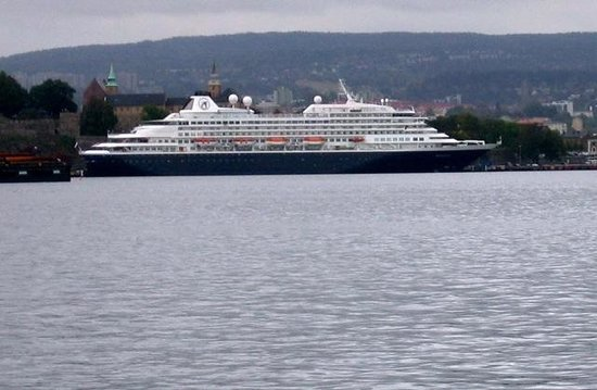 Oslo Fjord : Cruise-liner mored next to the Akerhus fortress