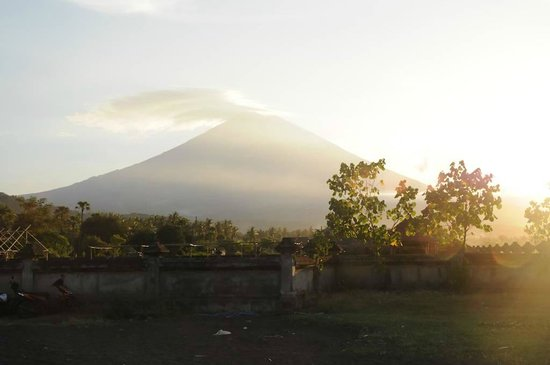 Sunset Coin Beach Homestay Amed : Volcano from terrace