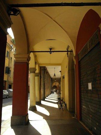 Guest House Bologna: Portici all'uscita dello stabile