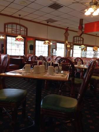 Hot Stacks Restaurant: Empty at 8am on a Sunday. The decor is slightly outdated but I find that amusing!