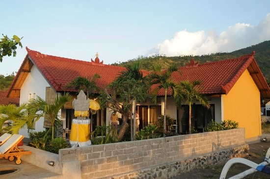 Sunset Coin Beach Homestay Amed : The 3 rooms, from the beach